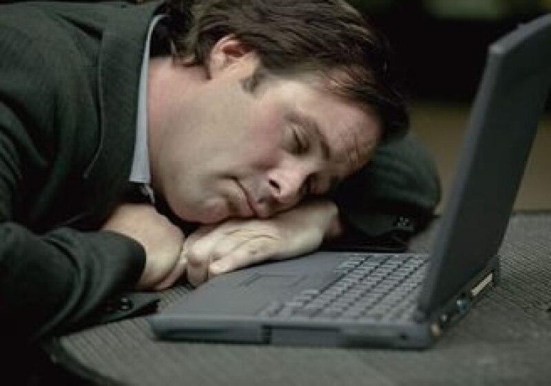 El déficit de sueño afecta negativamente la productividad laboral y está asociado con enfermedades. (Foto: Jupiter)
