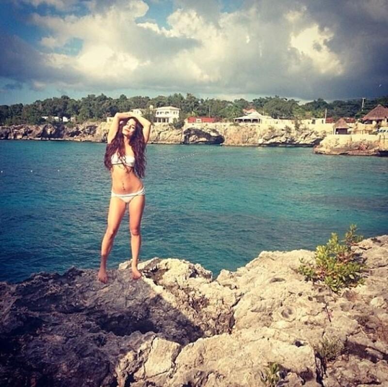 La actriz pasó unos días de vacaciones en la cálida isla, donde tuvo la oportuidad de despojarse de la ropa y mostrar sus encantos.