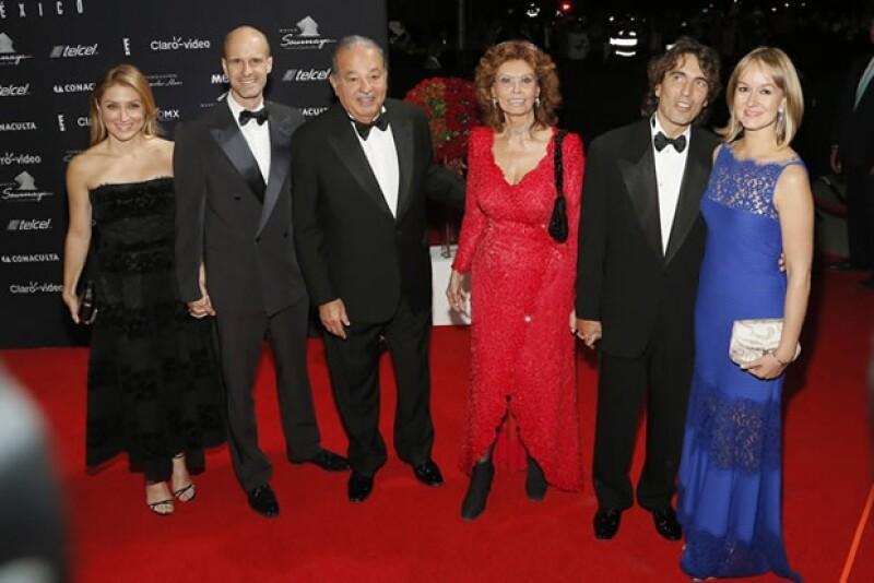 Carlos Slim fue el anfitrión de la noche. Recibió a Sophia Loren junto con sus invitados. Sasha Alexander, Edoardo Ponti, y Carlo Ponti (sus hijos) y Andrea Meszaros.