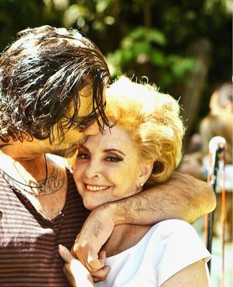 Con una foto de cuando era joven y una actual, el cantante reconoció la importancia que su mamá ha tenido en su vida.