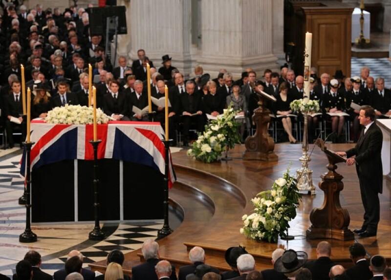 El primer ministro, David Cameron, leyendo una lectura religiosa.