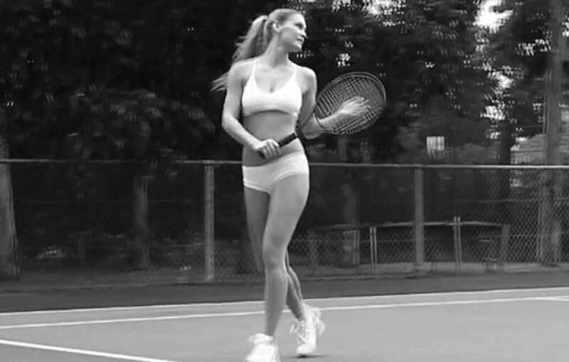 Bar Refaeli en la cancha de tennis.