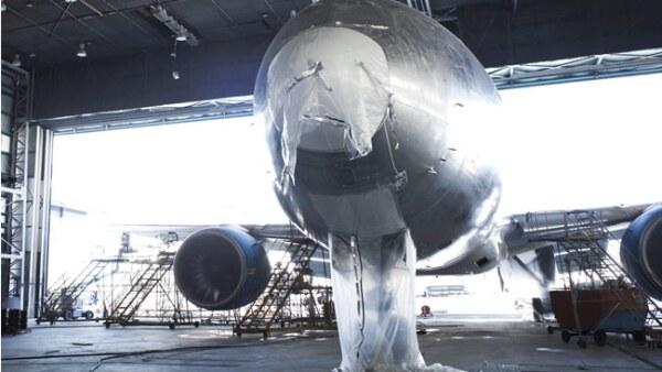 Avi�n de una aerol�nea nacional en el taller de pintura, uno de los m�s importantes de la base
