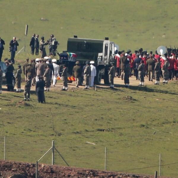 personas se reúnen alrededor del lugar donde se realizará el funeral de Mandela