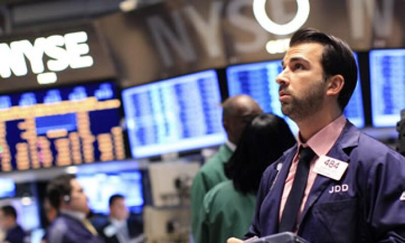 Las acciones de EU operan a la baja a media jornada de este viernes. (Foto: Reuters)