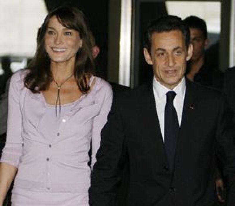 La primera dama de Francia decidió regalarle a su esposo, Nicolás Sarkozy, una carta del general De Gaulle, para su cumpleaños número 54.