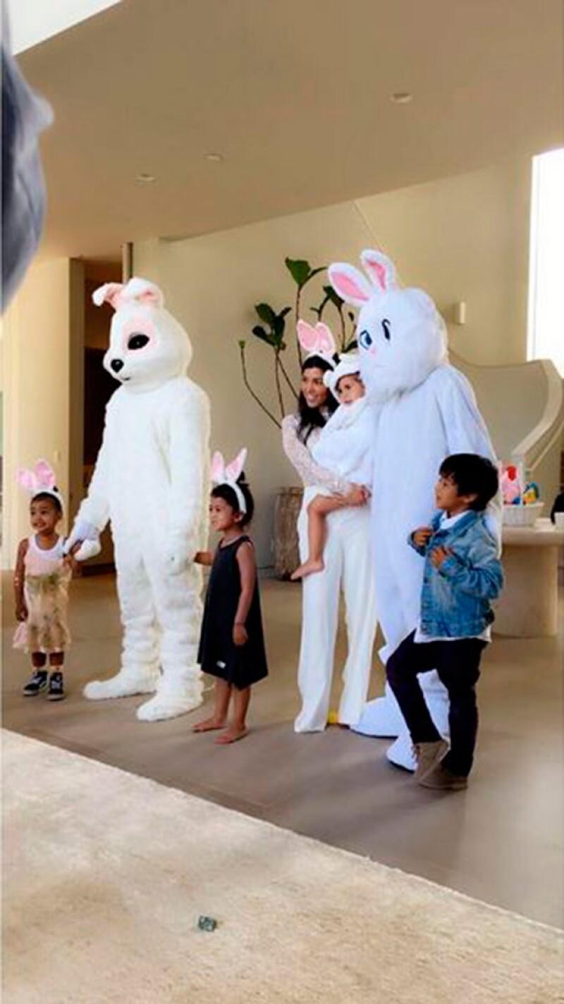 El rapero sorprendió al disfrazarse de conejo para divertir a sus hijos y sobrinos durante la celebración de la familia de este fin de semana.