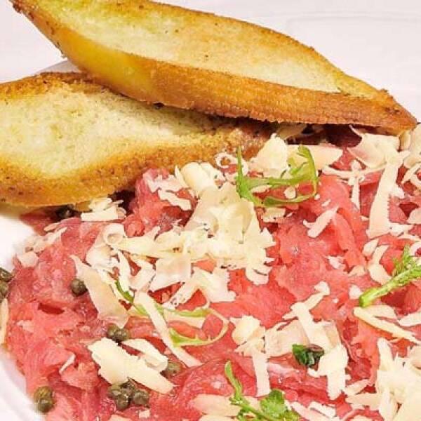 Exquisitez del sur de Italia: finas rebanadas de carne servidas con queso parmesano, aceite de oliva, limón y alcaparras.