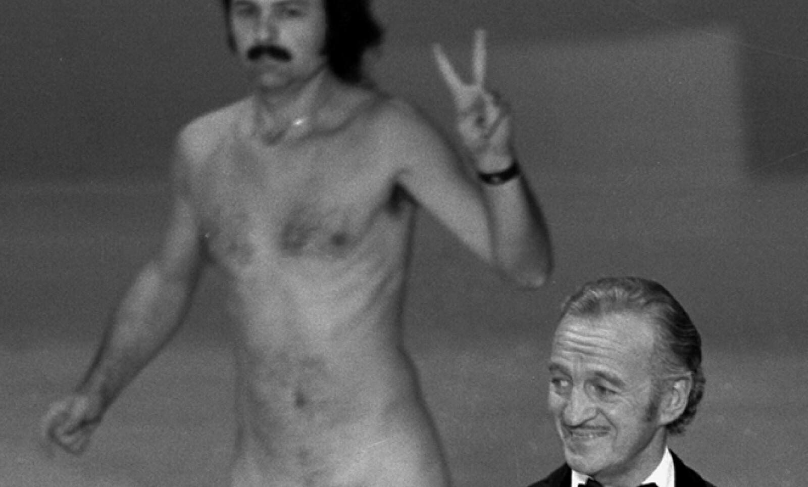 """En 1974 el actor David Niven, quien presentaba una categoría, quedó atónito cuando un hombre desnudo atravesó el escenario de forma imprevista. Depúes bromeó sobre """"las carencias del hombre""""."""