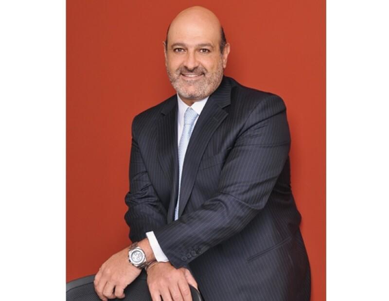 Desde que Lucero dejó entrever que el nuevo dueño de su corazón es el empresario mexicano todos se preguntan, ¿quién es él en realidad?