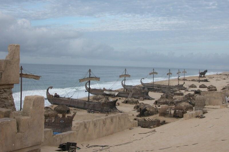 Troya barcos en playa.JPG