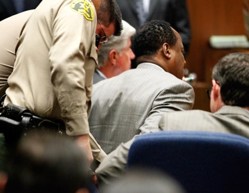 Conrad Murray estaba visiblemente conmocionado por la resolución de su juicio.