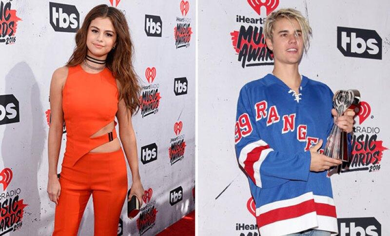 Aunque se dice que los ex no se dirigieron la palabra en los iHeartRadio Awards, ella se unió a la ovación cuando Justin recibió el premio a &#39Artista Masculino del Año&#39.