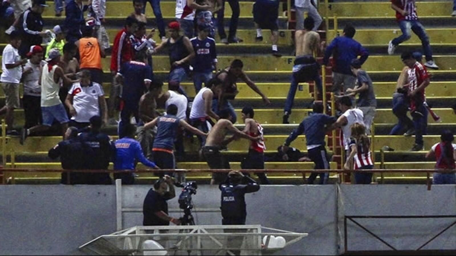 Una trifulca registrada en el clásico tapatío entre Chivas y Atlas en el estadio Jalisco dejó un saldo de 51 personas lesionadas; 21 policías y 30 civiles