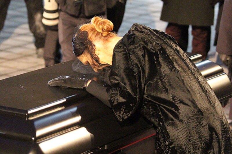 La cantante se apoyó en el féretro para despedirse.