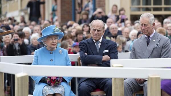 Reina Isabel II, duque de Edimburgo y el príncipe Carlos