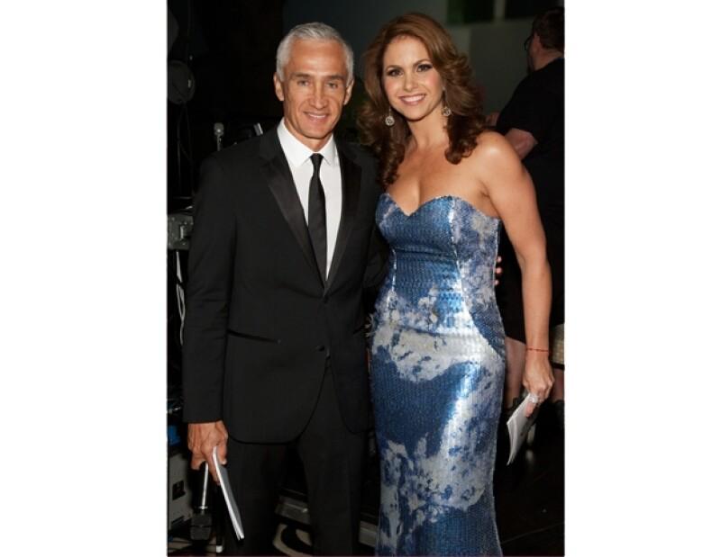Lució, en una gala en la que se reconoció el altruismo de Emilio Azcárrga Jean, este vestido ceñido, escote corazón, aderezado de lentejuela, azul con estampado en blanco.