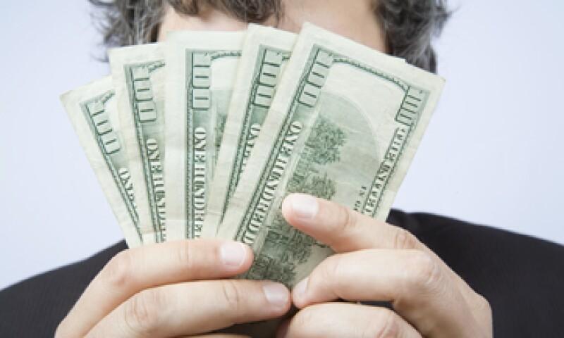 A la compra, el dólar se ubica en 15.81 pesos. (Foto: shutterstock.com)