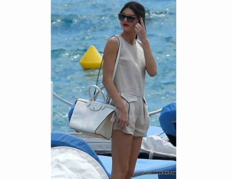 Kendall Jenner con un modelo blanco