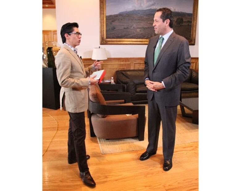 Muy a su estilo, el periodista Alberto Tavira presenta su programa de entrevistas por televisión con personajes que no sólo le abren las puertas de sus oficinas, sino también de  su intimidad.