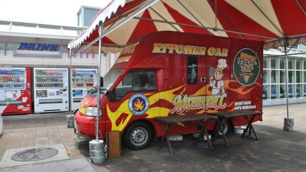 Un food truck estacionado en una parada sobre la carretera a Nagano