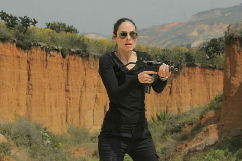 Ana Serradilla tuvo que aprender a manejar armas para su papel en la serie.