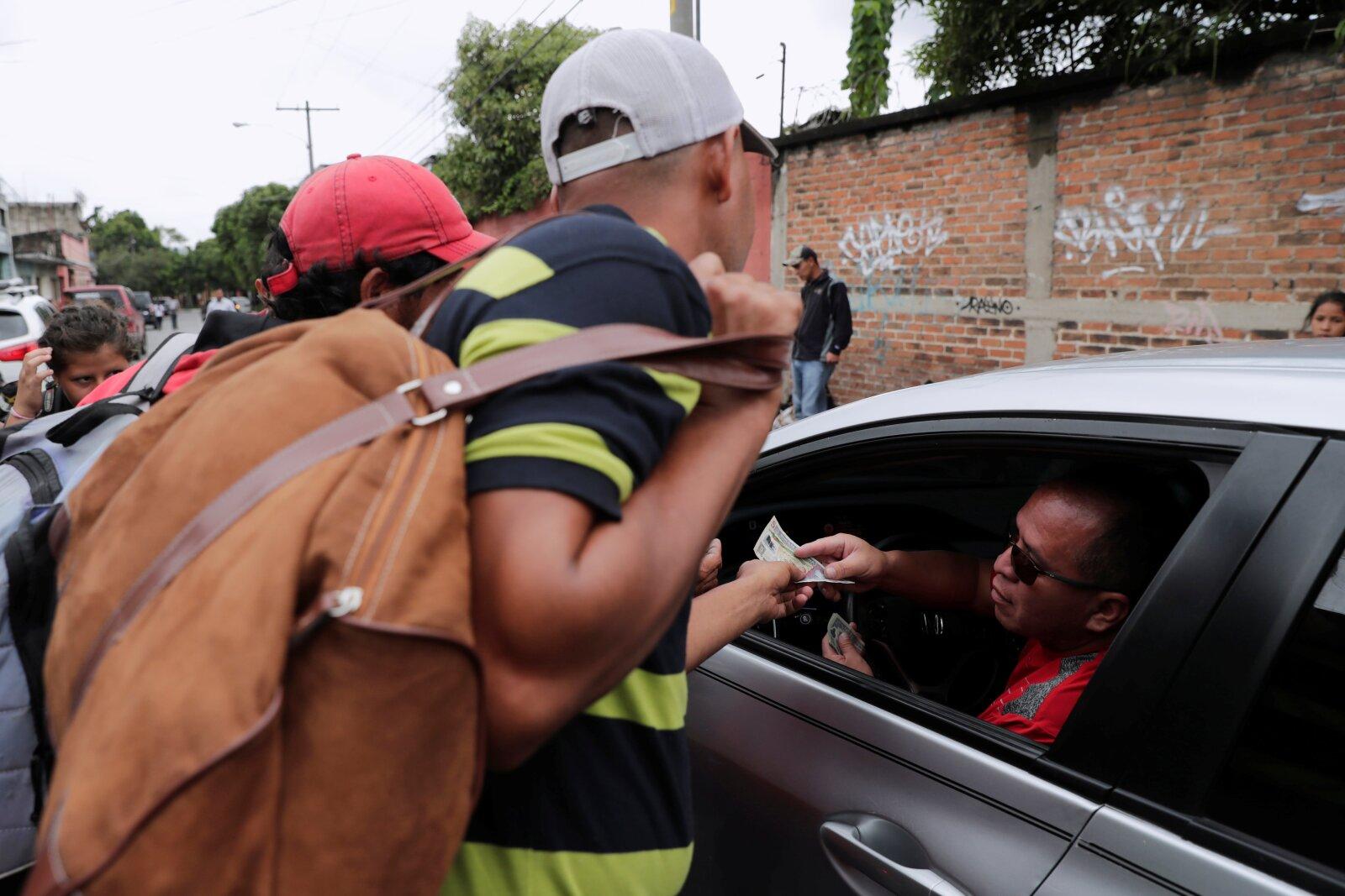 En Guatemala, los automovilistas se solidarizaban con los migrantes.