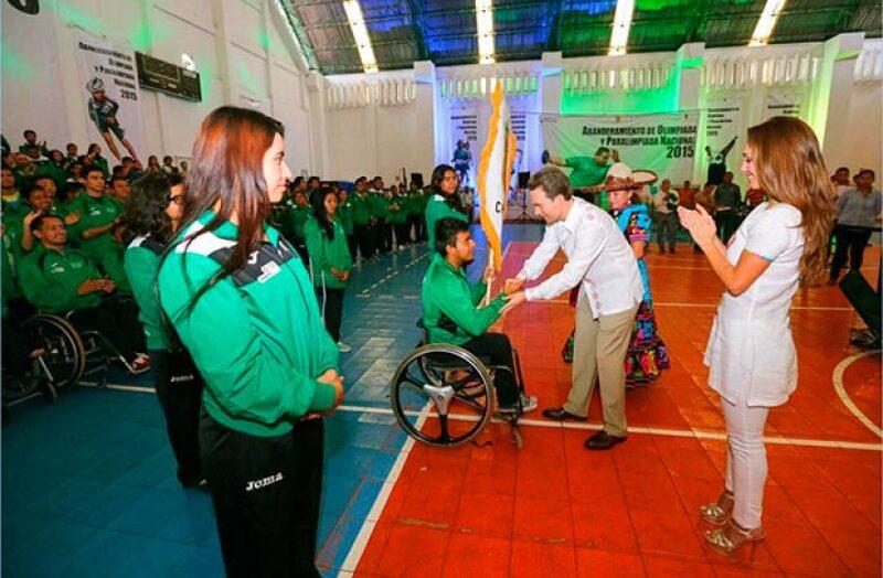 Abanderamos a la delegación de atletas chiapanecos que competirán en la Olimpiada y Paralimpiada Nacional 2015, explicó el gobernador.