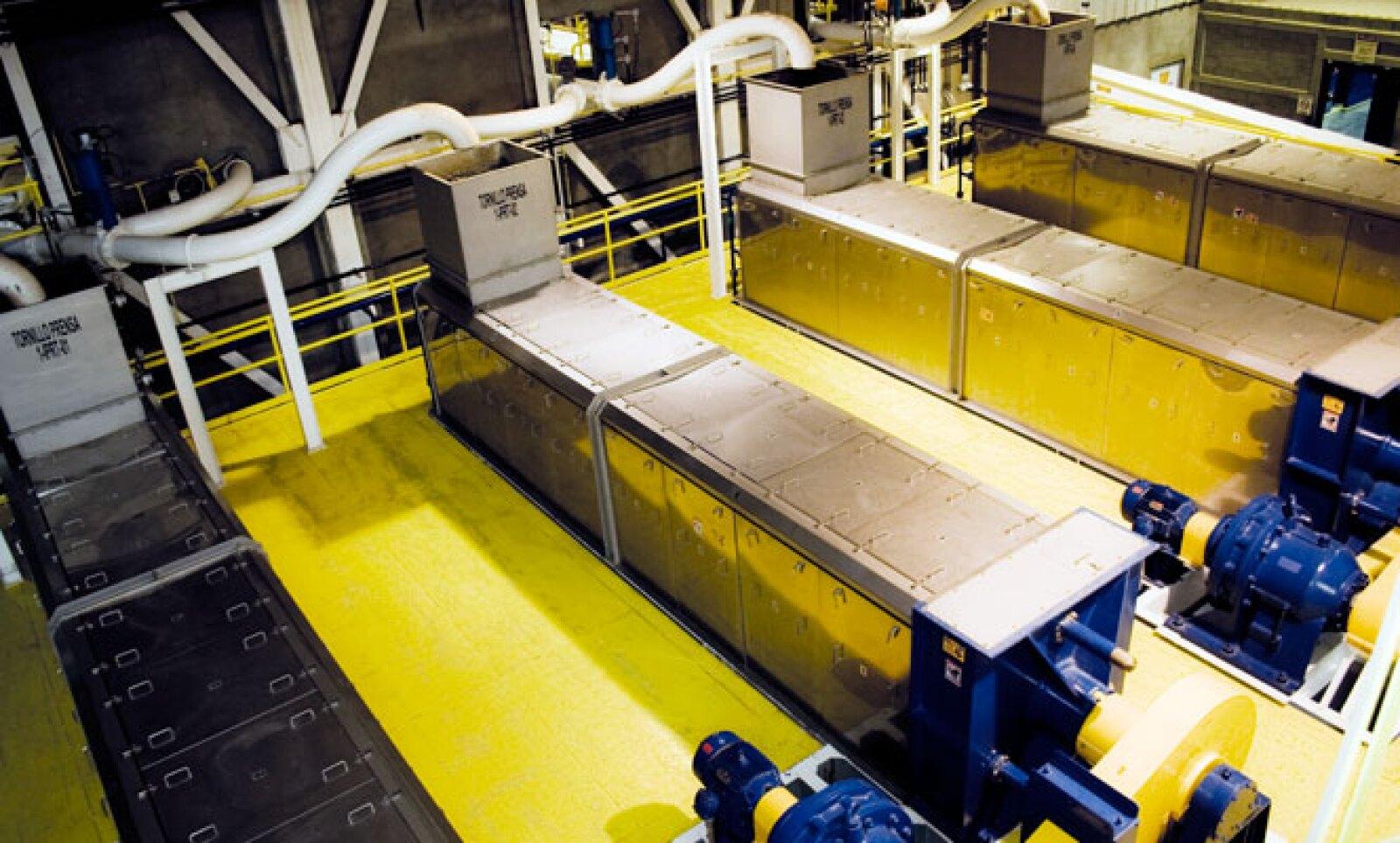 Con tornillos–prensa se elimina, en una primera etapa, entre 60 y 80% de humedad del bagazo, el cual, posteriormente, pasa por un secador de lecho fluidizado.