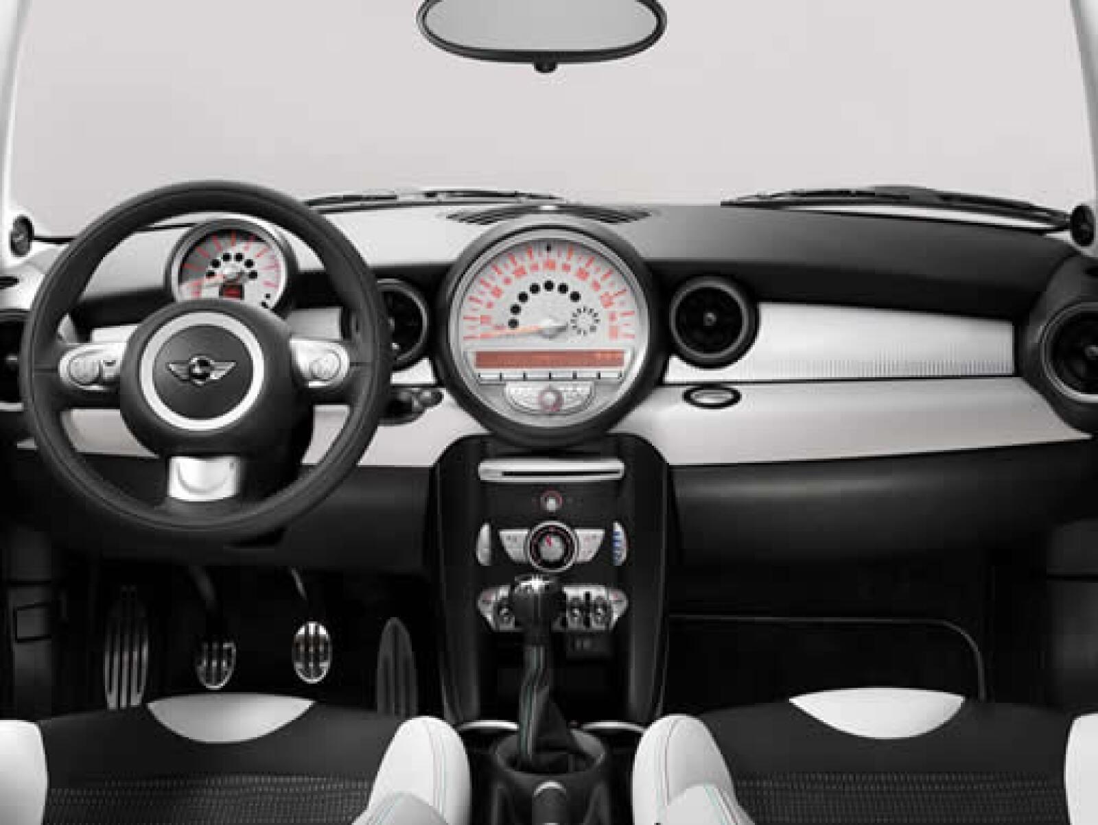 El Mini 50 Candem tiene asientos de piel bicolor con detalles conmemorativos al aniversario.