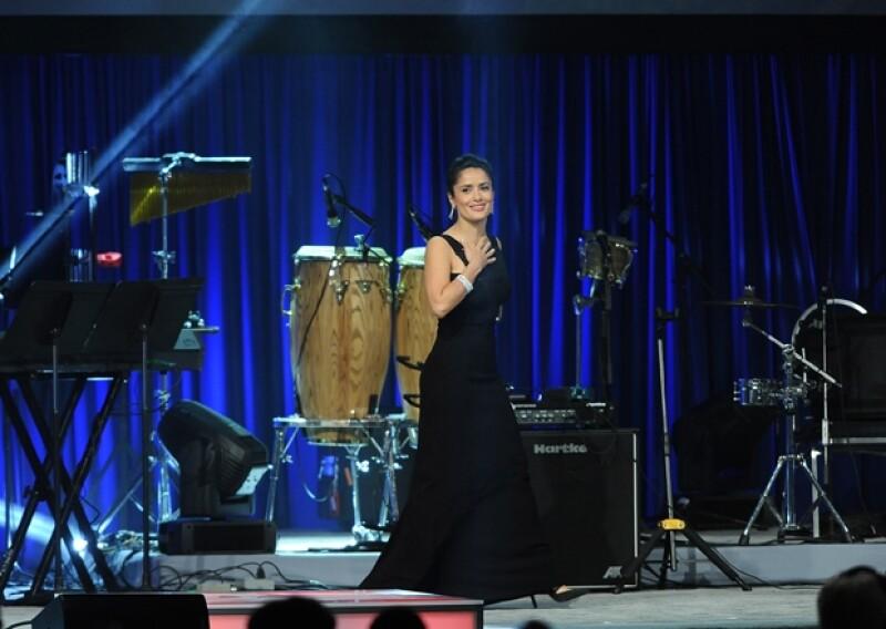 La actriz mexicana recibió ayer el Medallón de la Excelencia en las Artes, Entretenimiento, Música y Deportes 2013 del Instituto Congresional del Caucus Hispano.