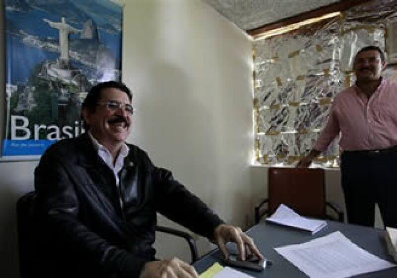 El depuesto presidente recibió la noticia de su posible retorno, en la embajada de Brasil. (Foto: AP)