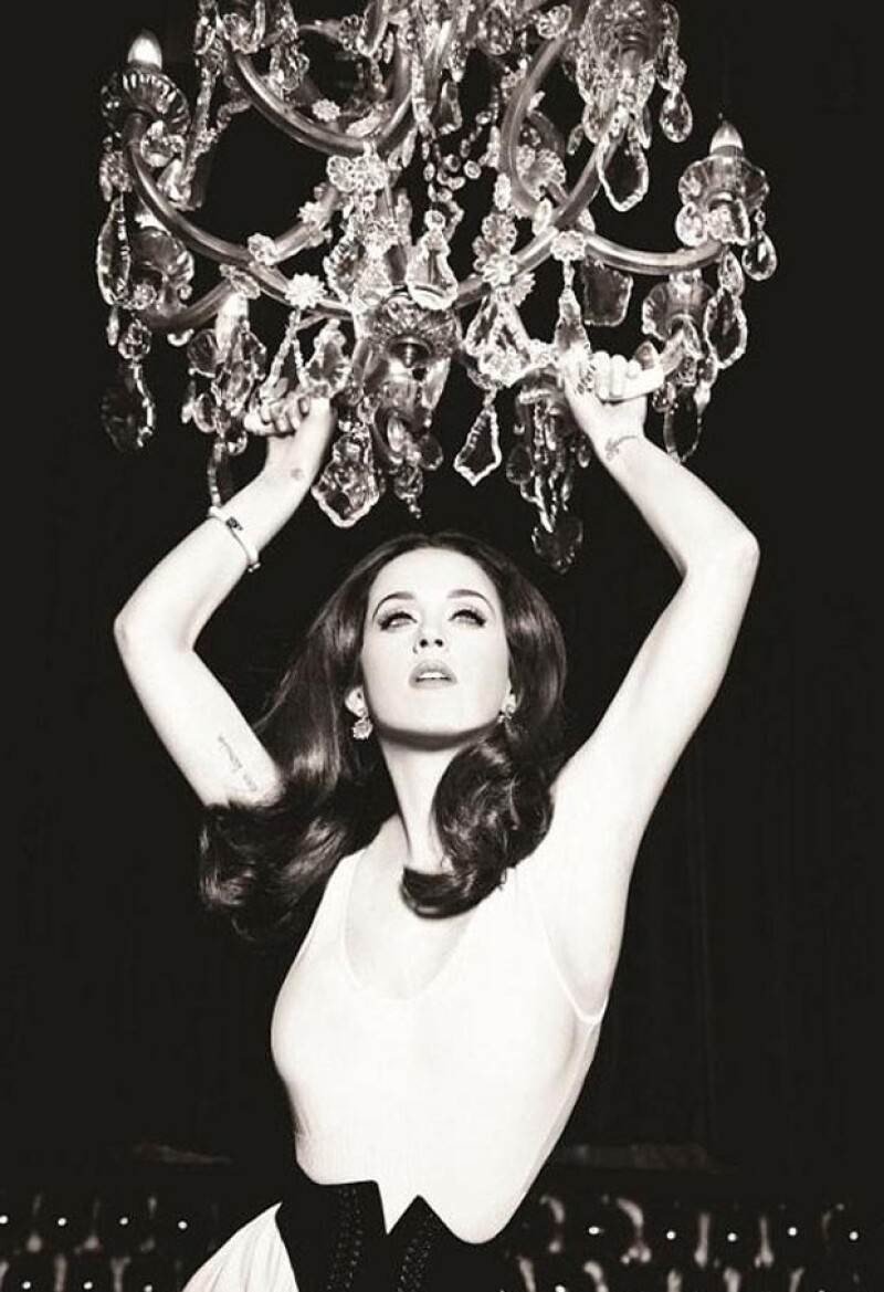 La intérprete ha realizado encantadoras sesiones de fotos para la prestigiosa marca de planchas para el pelo.