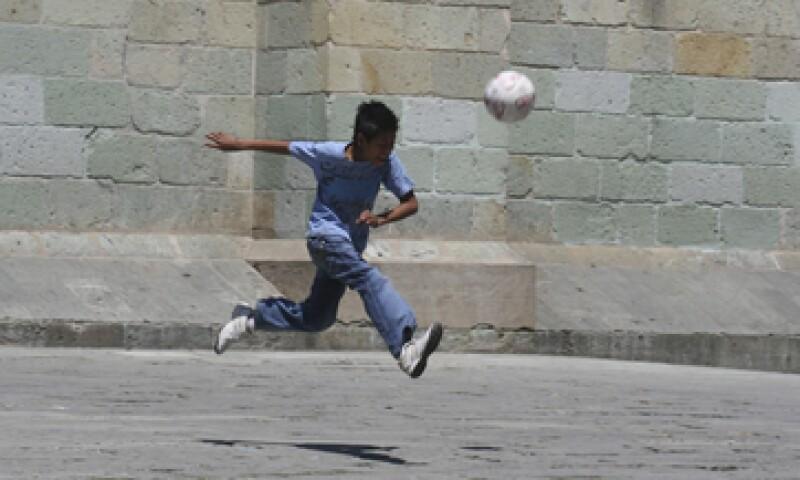 A la lista de actividades laborales que son anheladas por los mexicanos se suma la de futbolista. (Foto: Cuartoscuro)