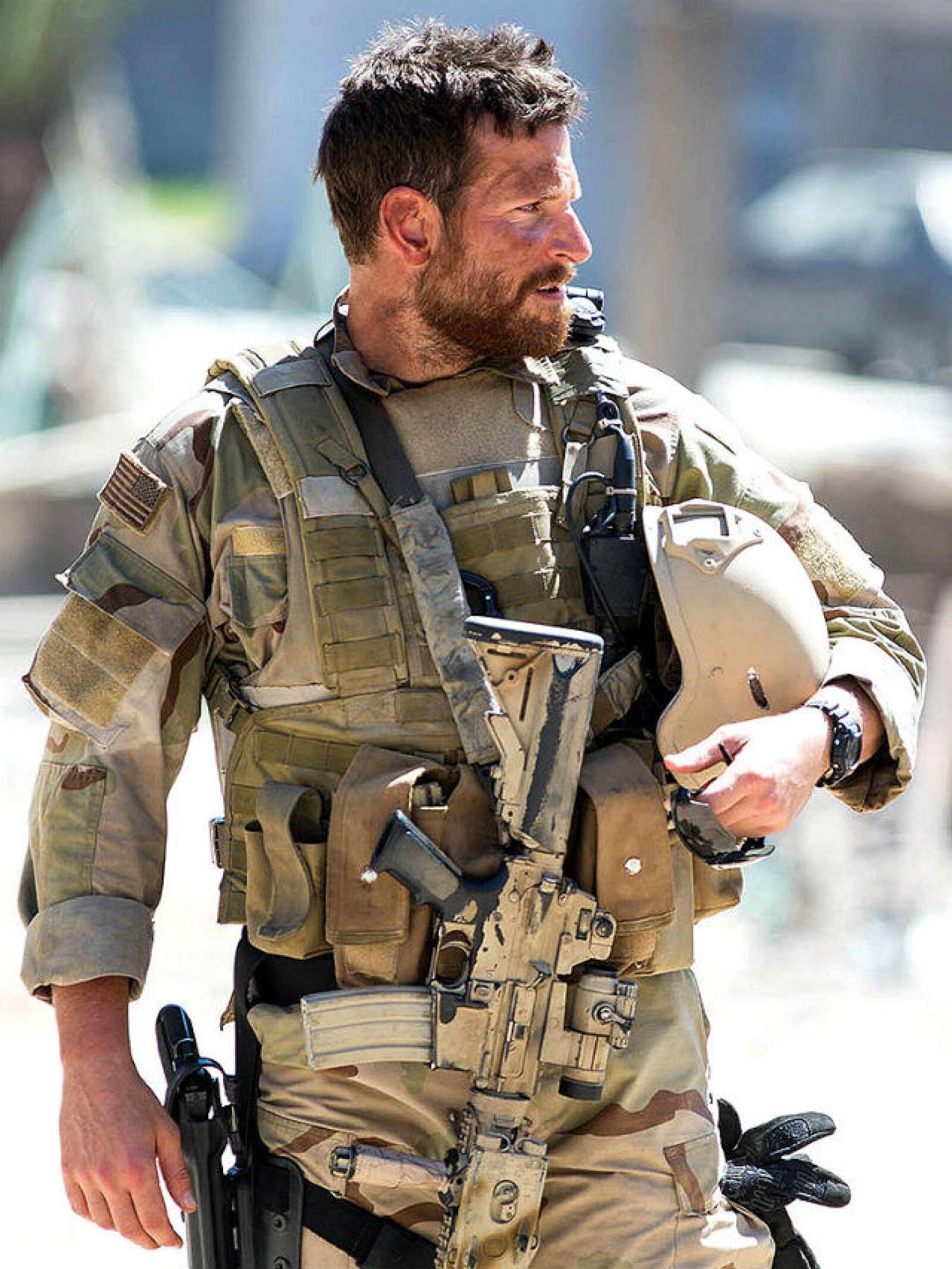 Bradley Cooper no solo se llevó American Sniper por su actuación, su uniforme de francotirador lo hacían lucir realmente sexy.