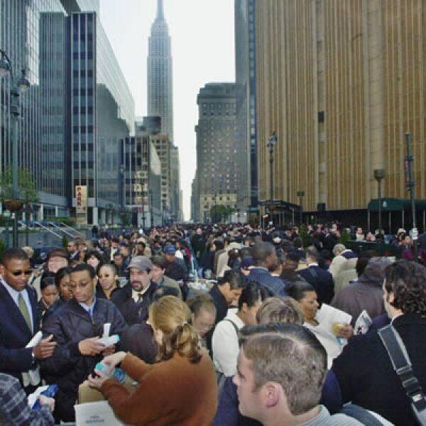 Poco más de 75,000 estadounidenses se congregan en oficinas gubernamentales de Nueva York para solicitar apoyo económico por la pérdida de su empleo. Se calcula que el ataque dejó pérdidas económicas por 75,000 millones de dólares en la Gran Manzana.