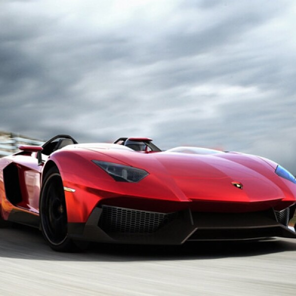 Utiliza un motor V12 de 6.5 litros, que genera 700 caballos de fuerza. Toda esta energía se transmite a las cuatro ruedas gracias a su sistema de tracción integral, a través de su caja de cambios súper rápida tipo ISR.