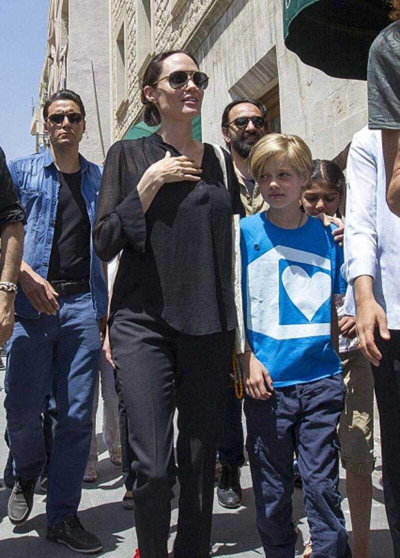 Angelina Jolie se hizo acompañar de su hija Shiloh para visitar un campo de refugiados sirios en Turquía.