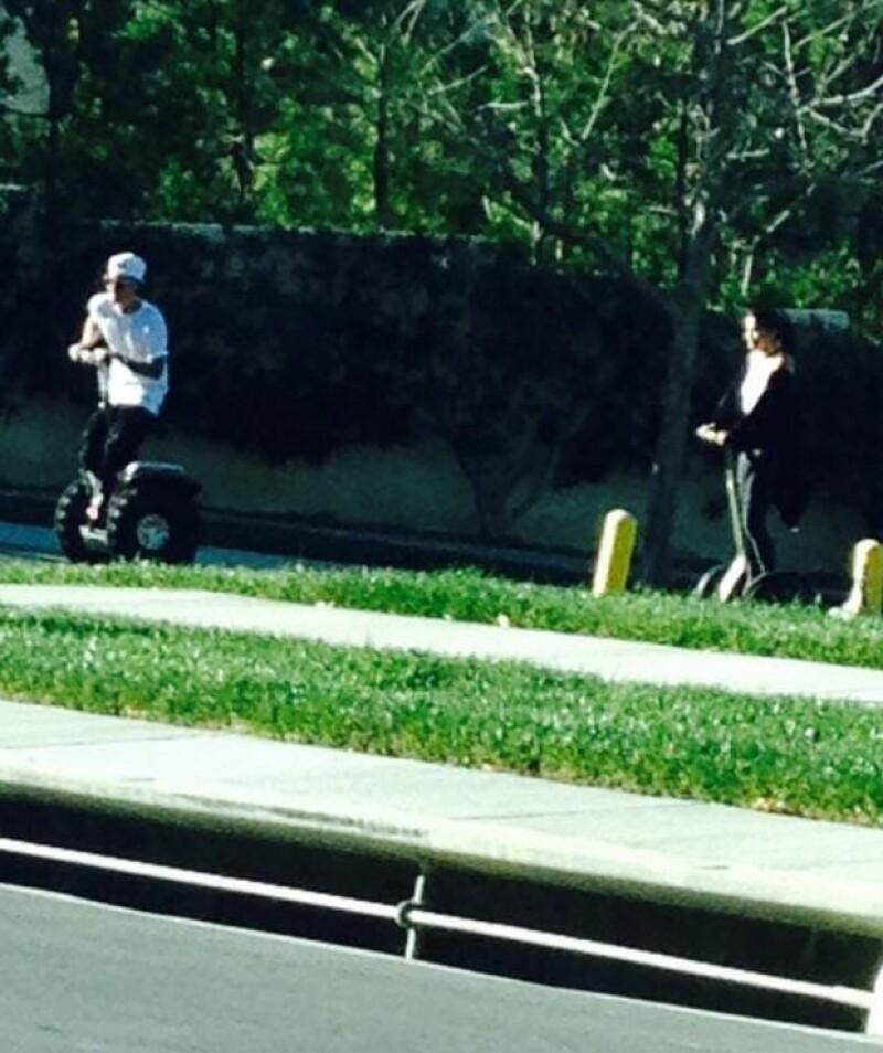 Justin iba delante de Selena, quien lucía muy feliz.