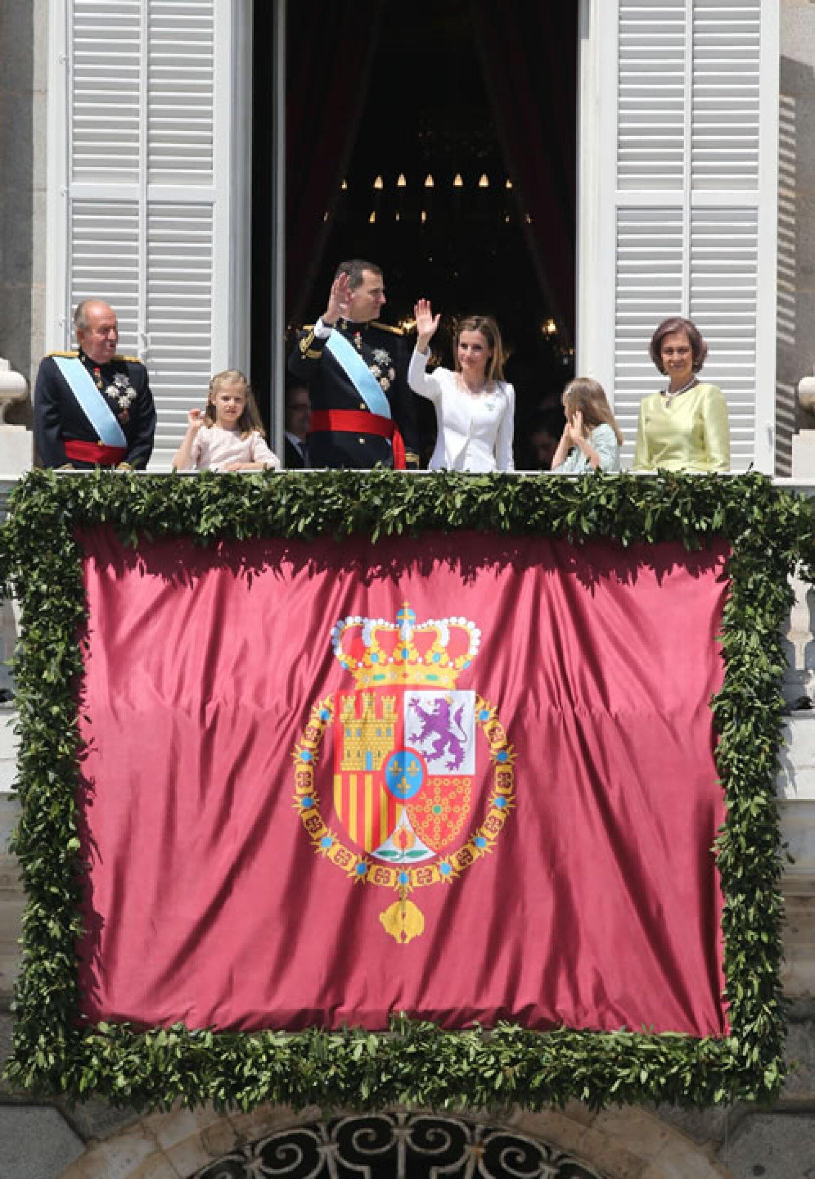 En el balcón también los acompañaron Don Juan Carlos y Doña Sofía, quienes no estarán en la gala que ofrecerán los nuevos reyes más tarde.