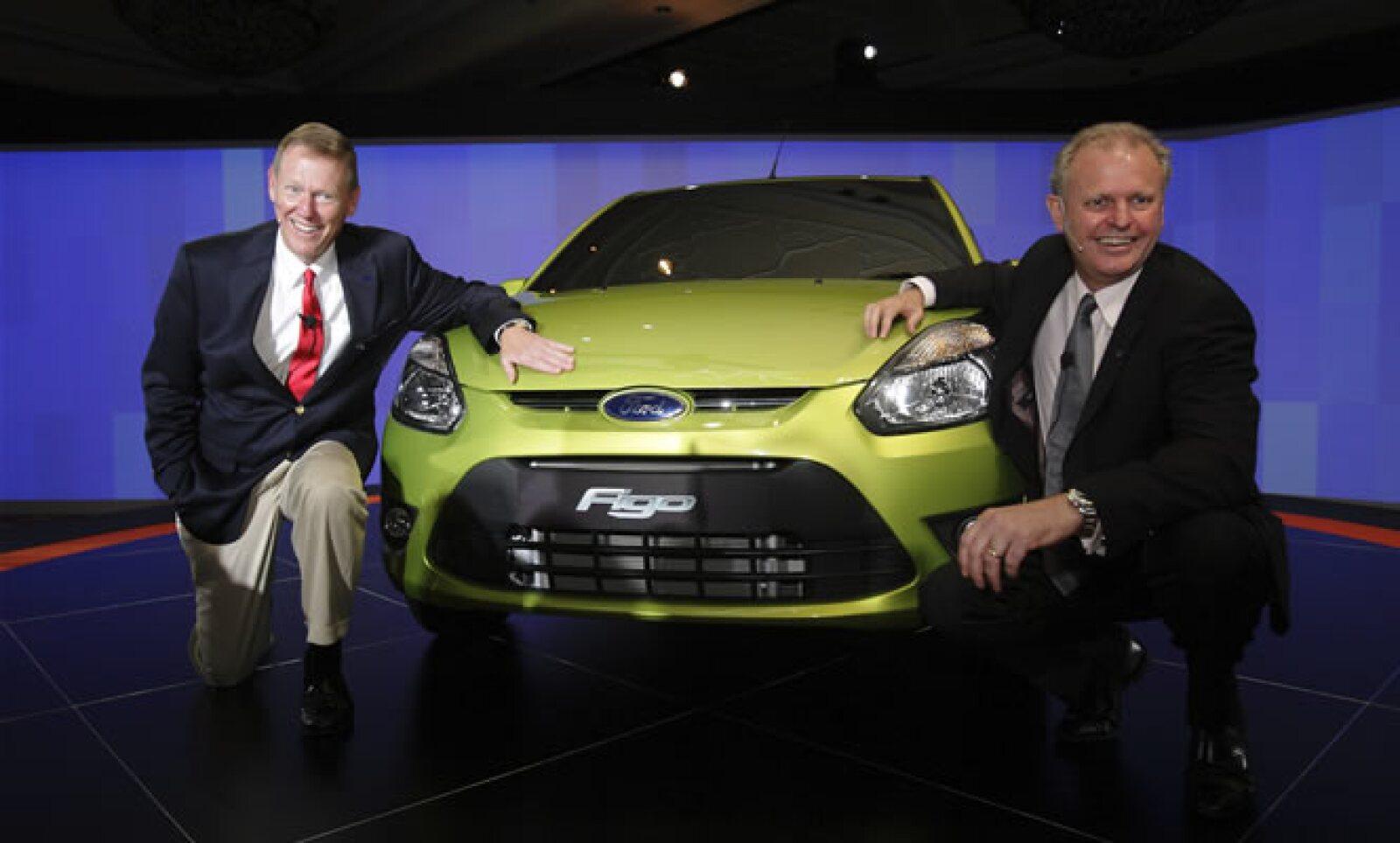 Ford anunció el miércoles el lanzamiento del auto pequeño Figo en India a inicios de 2010. El presidente ejecutivo, Alan Mulally (izq.) dijo que el creciente mercado de Asia jugará un rol más importante en sus ventas. Aquí, con el presidente de Ford India