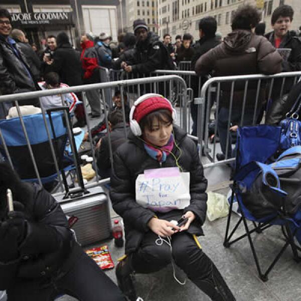 Una japonesa, que llegó un día antes a Nueva York, hace fila en la tienda de Apple de Nueva York. En su mochila tienen un mensaje que dice: 'Recen por Japón'.