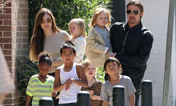 Hijos Angelina y Brad Pitt. De acuerdo con TMZ, el actor habría agredido a sus hijos en un avión y ello habría motivado que Angelina solicitara el divorcio.