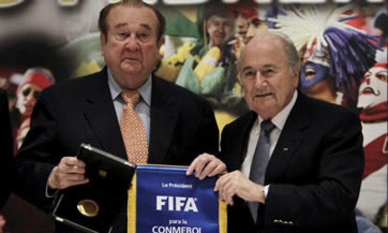 La fiscalía suiza y EU tienen investigaciones en torno al organismo mundial de futbol. (Foto: Reuters)