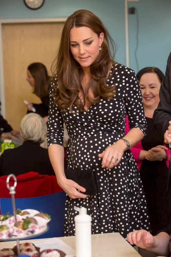 Como nunca antes en la realeza, Kate Middleton vistió un vestido polka-dots de 63 dólares durante su segundo embarazo.