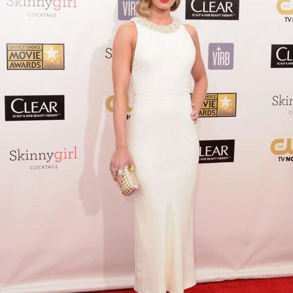 Clásica con un vestido casi blanco y el pelo estilo 50.