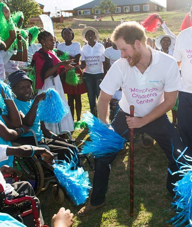 El príncipe Harry incluso se puso a bailar con los niños del orfanato.