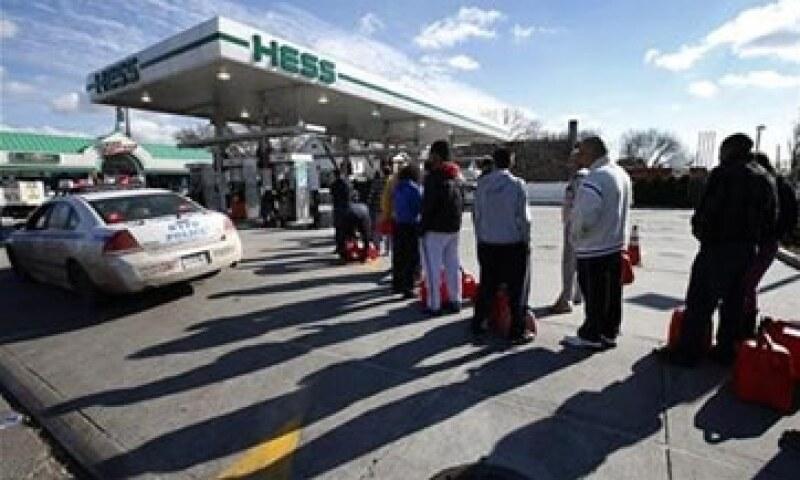 La policía vigila que las gasolineras cumplan con el plan para racionar el combustible. (Foto: Reuters)