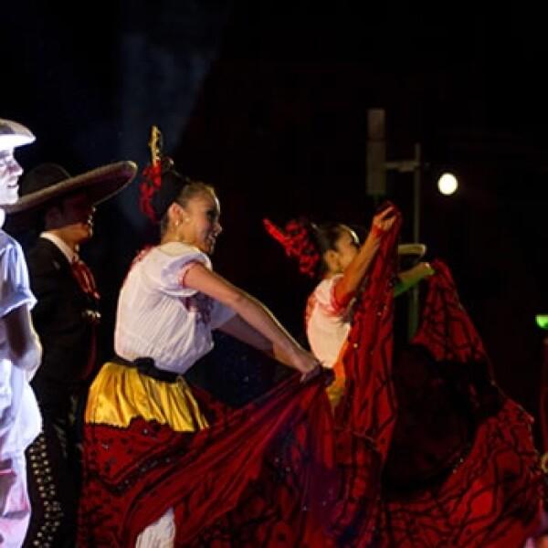 Bailarines y fuegos artificiales para festejar el Centenario de la Revolución