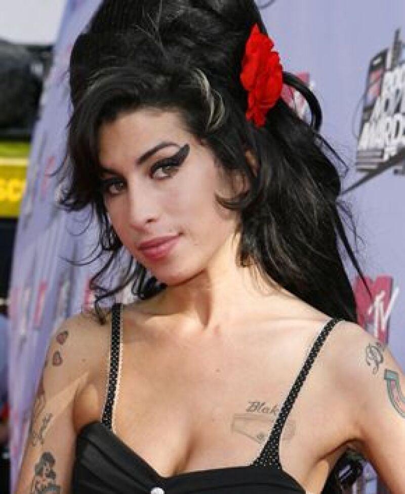 Dicen que la cantante está obsesionada con morir joven y recientemente se puso un cuchillo en el pecho.